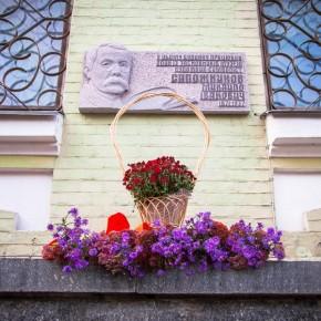 Торжественное возложение цветов к памятной доске М.И.Сапожникова